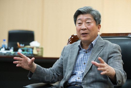 "[DT초대석] ""교통사고 사망자 절반으로… 자율차 면허 초안 연말 공개"""